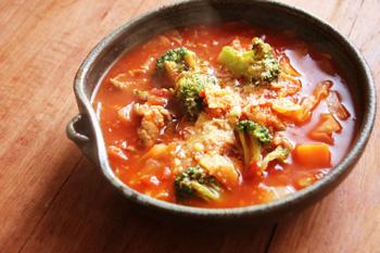 冷蔵庫の中の残り野菜とトマト缶のスープ