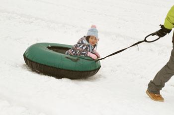 次女はスキーはまだできないので、ソリを楽しみます。
