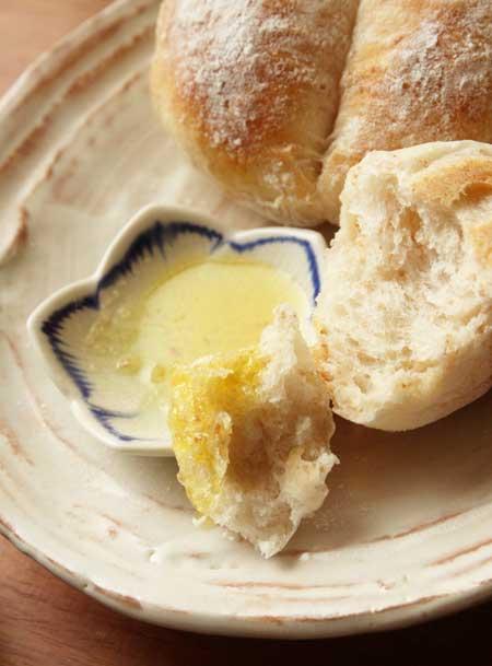 オリーブオイルととパン
