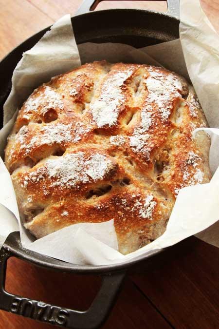 ストウブで焼いた長時間低温発酵の全粒粉くるみパン