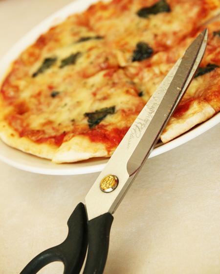 六花亭のピザとハサミ