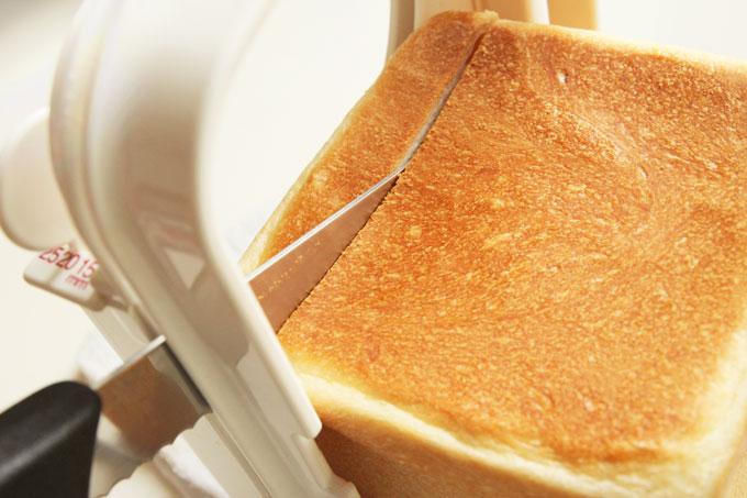 食パンをカットする
