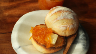 マーマーレードはトーストしたパンと一緒で