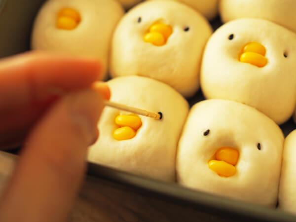 ひよこちぎりパンに目をつける