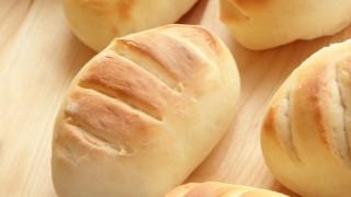 牛乳パンと具沢山すぎた目玉焼き